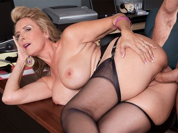 Ebony milf mom seduces